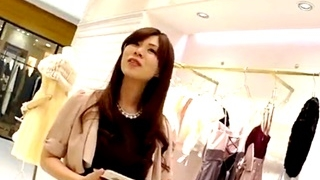 ドレス売り場の超美人なアパレル店員の逆さ撮りパンチラ