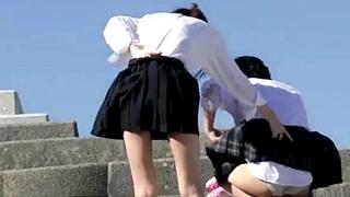 強風の中TikTokの撮影で風パンチラしまくりな制服JKフレンズ