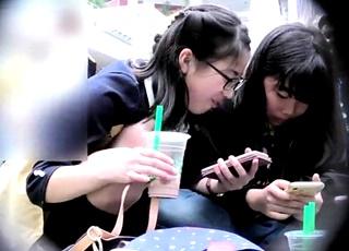 ほう、これは興味深い・・・イベント会場のJSの縞パンをドアップで撮影した(loli)ロリ専撮り師の三角座りパンチラ動画!