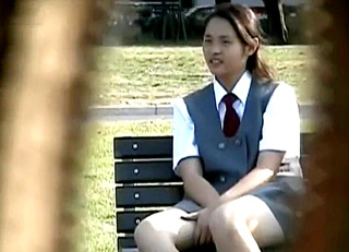 JC~JKの若い女の子ばかりを狙った街中パンチラ映像!座ってぷっくりとした股間の膨らみがオカズに最適すぎるwww