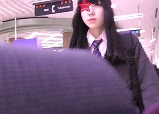 モデル並みのスタイルをした黒髪美少女JKが電車で痴漢被害に