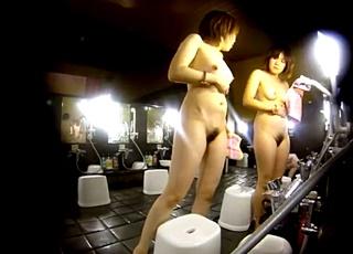 【FHDスーパー銭湯】脱衣所から洗い場まで追い撮り!「下っ腹が出てる」という悩みをお友達に相談するお姉さんwww