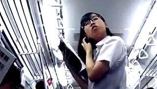 通学中に何度もパンチラを盗撮される地味眼鏡女子高生