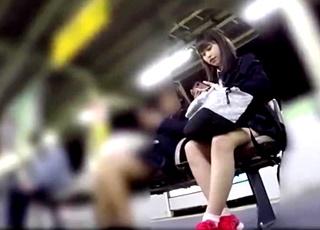 「あの娘超かわいくね?」周りの男子生徒に噂されるほどの美少女JKのフロントパンチラを長時間ゲット!