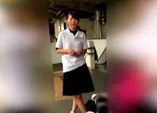 【JKパンチラ】運動部に所属するポロシャツ制服娘の引き締まった太ももにジャストフィットする背伸びパンツが最高の眺め!