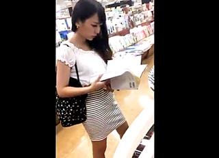バレたら即逮捕!美人なお姉さんを尾行しタイトスカートを強引にめくり上げる危険パンチラ映像!
