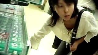 ハンズに買い物に来た素人娘をお母さんの真横で胸チラ盗撮!大胆な突っ込み撮りで貧乳乳首をゲットすることに成功www