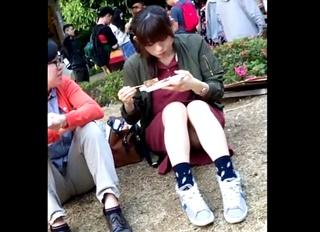大学のキャンバスで買い食いをするS級美人女子大生を発見!休憩するフリして座りパンチラを対面盗撮したったwww