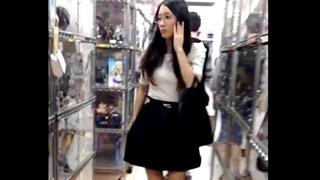 【パンチラ盗撮】アニメショップに似つかわしくない眼鏡美人なお姉さん!スカートの下はなんと生パンの模様www