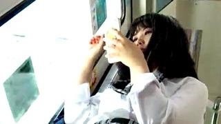 これはシコるわwww 超絶美少女JKのフロントパンチラを舐めまわすようなアングルで逆さ撮りした盗撮動画!