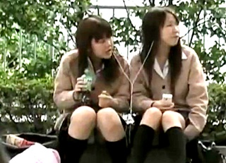 座りパンチラファンはこれ見とけ!十代の女の子ばかりを狙った撮り師の盗撮コレクション動画!