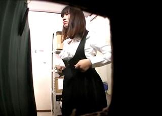 【女子更衣室盗撮】撮影者逮捕済み!メイド喫茶店長がアルバイト女子大生の着替えを隠し撮りした犯行動画がネットに出回る・・!