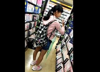 【個人撮影】閲覧注意!書店で見つけた年端もいかないJSに精液ぶっかける痴漢男の衝撃の犯行の瞬間・・!