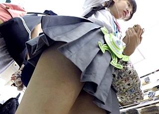 数日間にわたる執拗な粘着!JKの下着のローテーションを把握するまでパンチラ盗撮を続ける危険人物・・!
