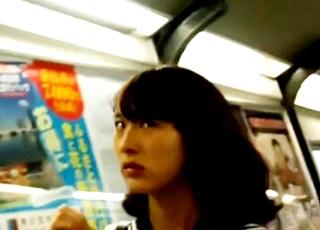 【目つき怖すぎ】姿撮り中に撮影バレ!美少女JKに睨みつけられながらもパンチラ盗撮を遂行する強メンタルな撮り師!