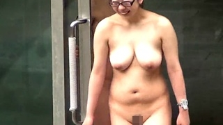 豊満ボディに爆乳に黒ぶち眼鏡!マニア必見のすんげー身体を映像に記録した女子風呂盗撮動画!