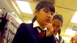 こりゃヤベェ!!美少女JCのパンチラを逆さ撮り中にBBAにカメラをのぞき込まれる危険なハプニング!