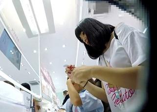 【高画質】これぞ制服JK!って感じの白サテンパンチラを盗撮→道を聞くふりをして声掛けしてるのは女撮り師!?
