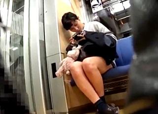 モデル体型に超ミニスカートの美脚JKパンチラ!階段で露骨に後ろに群がる男共を押しのけて逆さ撮りに成功www