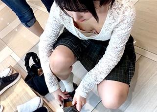 靴屋さんは胸チラの宝庫!試着する美少女に近づき腕時計型カメラで乳首ゲットする優秀な撮り師www