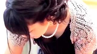 こんな所にも盗撮魔が・・結婚式場でドレスで着飾った女性たちのパンチラ&胸チラを盗み撮る不審者・・!