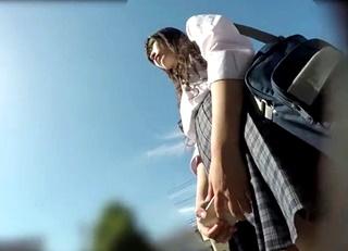 激カワJKちゃんのフロントパンチラを見上げるアングルで長時間逆さ撮りしたオカズに最適な盗撮動画がこちらwww
