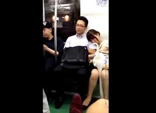 【素人流出】大炎上!!電車でリーマン風の彼氏のチンポを扱く彼女を盗撮した動画がSNSで拡散されてしまう