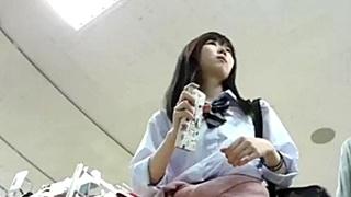 大人っぽく見えてもおぱんつはまだまだ子供ww 腰巻きカーディガン制服の美少女JKの逆さ撮りパンチラ!