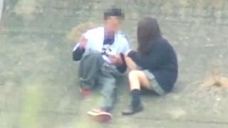 【盗撮動画】盛りの付いた思春期カップルさん、河川敷でイチャ付きながら青姦セックスを始めてしまうwww