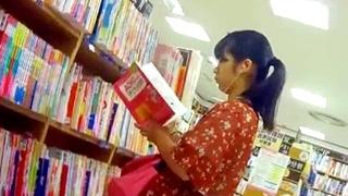 書店で子供の保育関係の本を立ち読みする地味な人妻さんの縞々綿パンツを至近距離での撮影に成功www