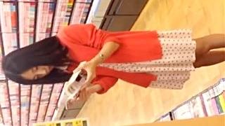 「スミマセン日本人じゃないので・・・」ぱっと見年齢不詳のお姉さんのロリパンツを逆さ撮り後大胆声掛けで外国人という事が判明!