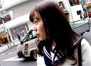 これはガチで可愛いわww アイドル級の美少女JKに密着&声掛けでパンチラ撮影する危険人物!