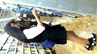 黒髪清楚な私服JK&制服ギャルJKの豪華2本立てパンチラ!特に1人目の美少女のストライプぱんつは必見レベル