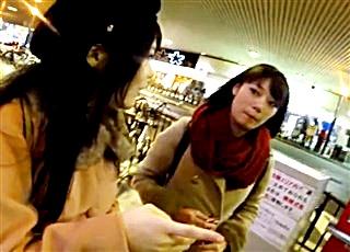 【逆さHERO】真冬に生パンツの美女こそ最強!お友達と買い物中の所を粘着して声掛け&パンチラ撮影