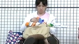 家出中ですかぁ!?地べたに座り込んだJCの綿パンツがずれて中が見えそうになる危険な座りパンチラ動画!