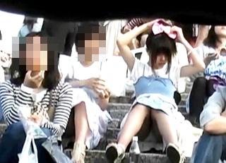 【オートネット】おしゃれリボンでイベントに来場した美少女JCちゃん、座りパンチラを真正面から盗撮されてしまう!