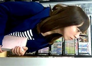 【素顔の奴】レンタルビデオ店で見つけたハーフ顔美少女JDに粘着!フラッシュ手撮りでパンチラを鮮明な静止画に収めるベテラン撮り師www