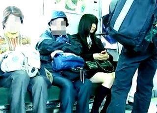 【※閲覧注意※】帰宅途中の女子高生の制服にザーメンをぶっかけて性的快感を得るド変態男の犯罪映像が見つかってしまう!