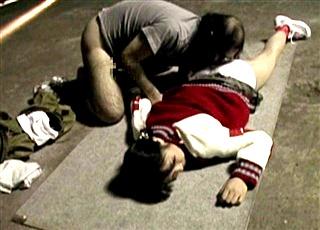 廃工場で1人で遊ぶJSを拉致・監禁レイプ!ホームレスの男達の汚いチ●ポで輪姦される凄惨な犯行現場がこちら・・・