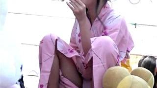 これはアカン・・・慣れない浴衣で脚を開いてぱっくり木綿パンチラする美少女JSを対面撮影した映像が拡散中!!