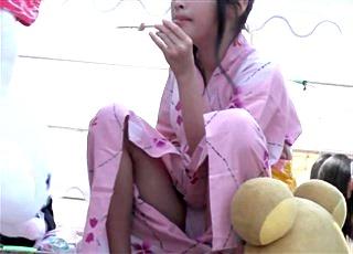 これはアカン・・・慣れない浴衣で脚を開いてぱっくり木綿パンチラする美少女JSを対面撮影した映像がネットに拡散中!!