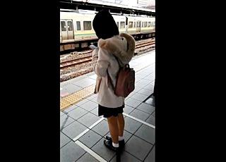 放課後の時間帯になると駅をうろつく危険人物!学校帰りの大人しそうな中●生の股間を蹂躙する痴漢犯罪の記録映像
