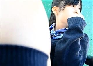 【個人撮影】家族連れがいる公園で堂々痴漢行為を働く問題映像!恐怖で抵抗できないまま下半身を触られまくるJKちゃんが悲惨・・・