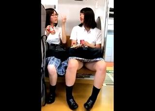 オイオイ脚開きすぎでしょ・・・電車で大胆大股開きの制服JKちゃんをスマホで対面盗撮した男がネットに投稿!