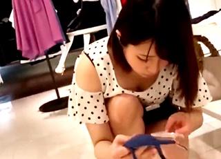 街の靴屋さんが実はパンチラ天国だった!美人ショップ店員のしゃがみパンチラを次々と盗撮する映像がネットで見つかる!