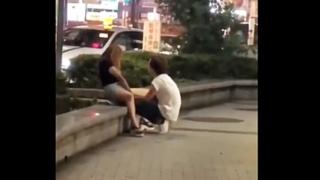 こいつら日本に来てまで何やってんだ・・・深夜の繁華街の路上で手マンする白人カップルが見つかる