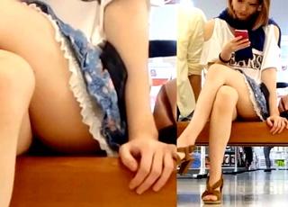 無防備な美脚ギャルって最高だよな!ショッピングモールでの座りパンチラを対面盗撮に成功
