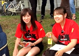 これって学生の犯行だろ・・・某大学キャンパスで4組の女子大生の座りパンチラを盗撮!
