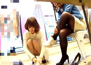 靴を買いに来た女性客を接客中の美人ショップ店員のしゃがみパンチラを激写!これはシコらざるを得ないな