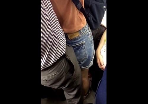 【ガチ痴漢注意】困惑した表情のショーパンJDに股間を押し付ける性犯罪をスマホで隠し撮りした動画が拡散している模様